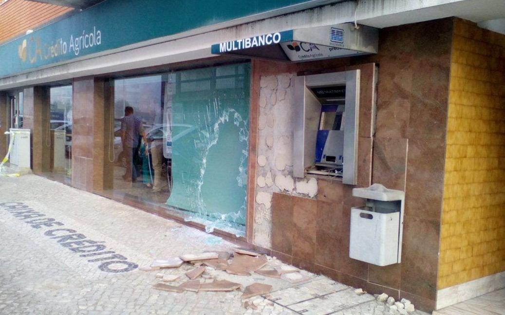 Duas caixas multibanco assaltadas em menos de uma hora